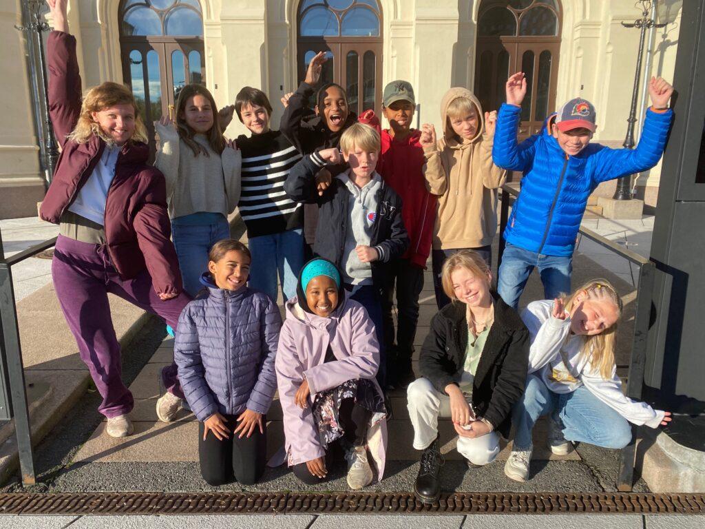 En gjeng 7.-klasseinger fra Vålerenga, Kampen og Grünerløkka skole jubler utenfor Nobels Fredssenter